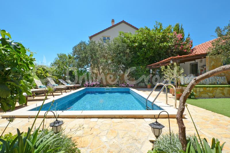 Villa Luxury with private pool (Okrug Gornji)